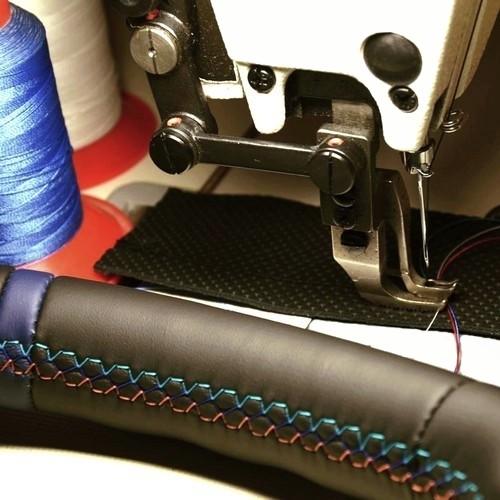 """Wir beziehen Ihr Lenkrad neu mit Leder - Version """"Color Rallye Premium"""""""
